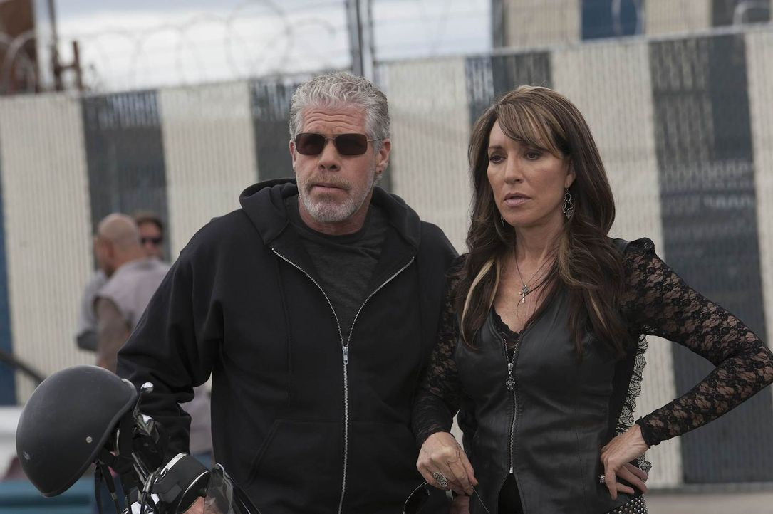 Clay (Ron Perlman) und Gemma (Katey Sagal) fürchten, dass Jax der Wahrheit über den Tod seines Vaters immer näher kommt ... - Bildquelle: 2011 Twentieth Century Fox Film Corporation and Bluebush Productions, LLC. All rights reserved.