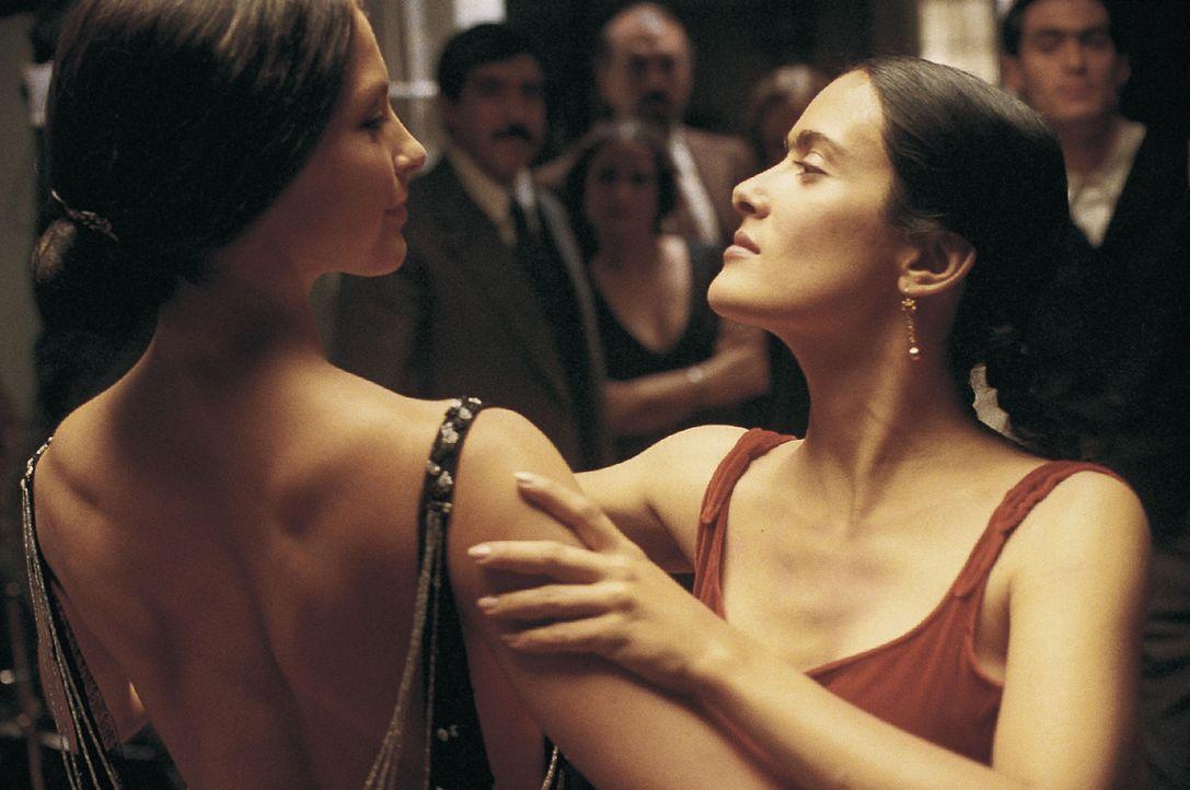 Fühlen sich zueinander hingezogen: Frida Kahlo (Salma Hayek, r.) und Tina Modotti (Ashley Judd, l.) ... - Bildquelle: Buena Vista International