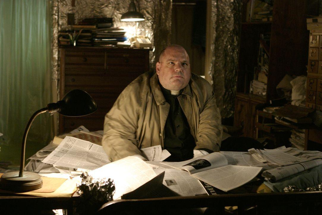 Spielt ein unsauberes Spiel: Pater Hennessy (Pruitt Taylor Vince) ... - Bildquelle: Warner Brothers