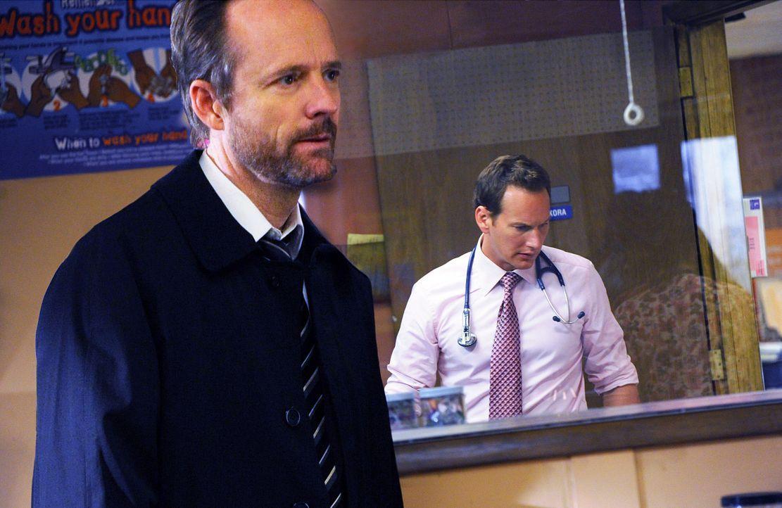 """Ben Tucker (John Benjamin Hickey, l.) taucht in der """"Clinica"""" auf und sorgt für Unruhe. Dr. Michael Holt (Patrick Wilson, r.) beschleicht ein schre... - Bildquelle: 2011 CBS BROADCASTING INC. ALL RIGHTS RESERVED"""