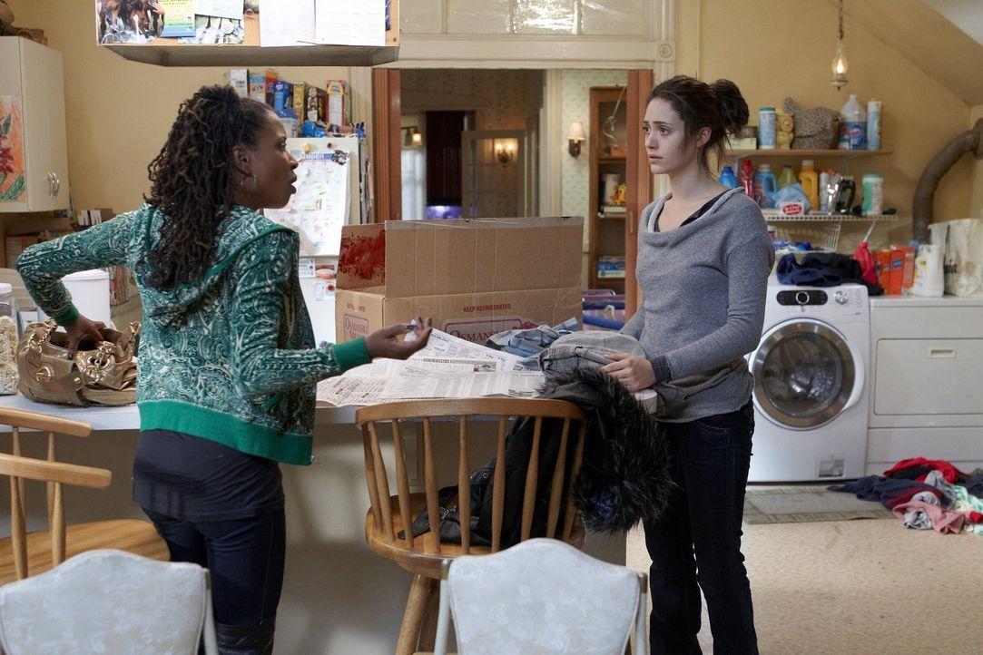 Während Steve am Grübeln ist, wie er sie zu einem Ausspann-Abend überreden kann, holt sich Fiona (Emmy Rossum, r.) Rat bei ihrer besten Freundin Ver... - Bildquelle: 2010 Warner Brothers