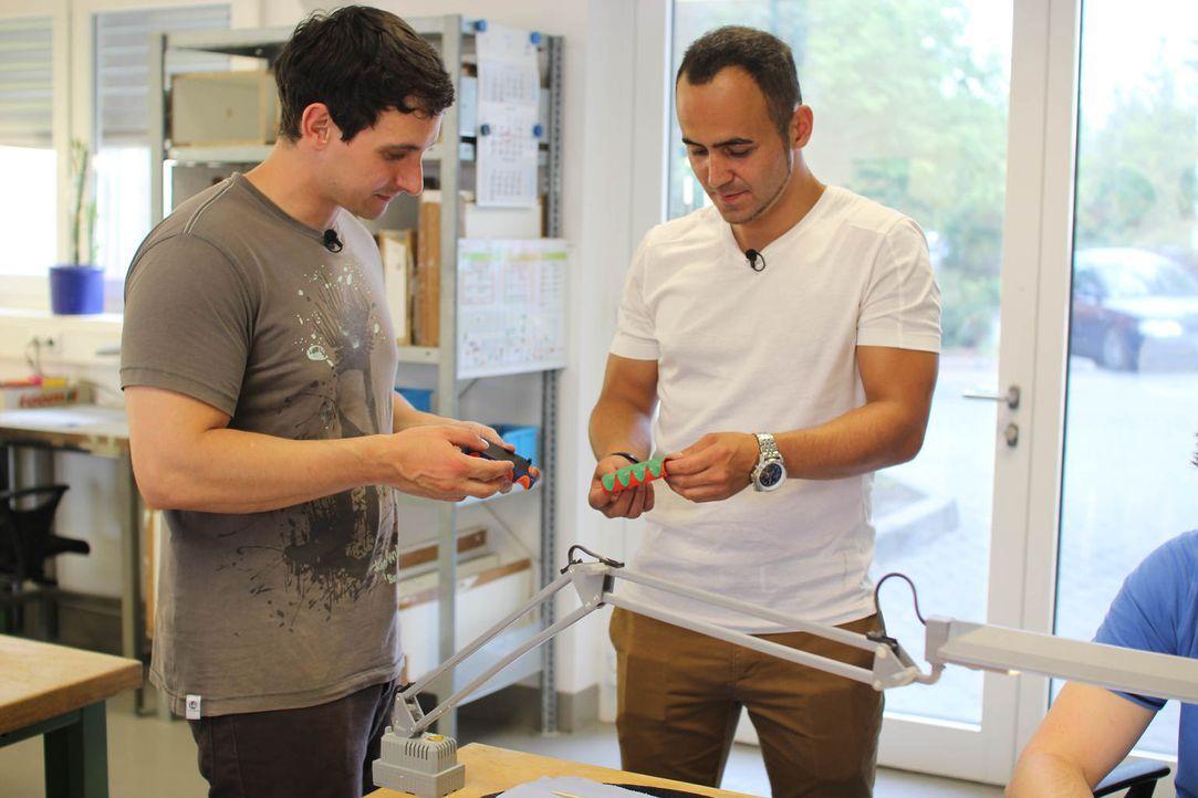 """Modedesign-Student Gerhard (l.) nervte das Tüten schleppen und zusammen mit dem Fitnesstrainer Achim (r.) entwickelte er """"CleverGrip"""", den bequemen... - Bildquelle: kabel eins"""