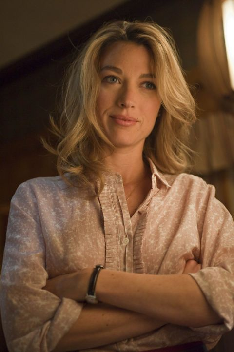 Winona Hawkins (Natalie Zea) bittet ihren Ex-Mann Raylan Givens um Hilfe ... - Bildquelle: 2010 Sony Pictures Television Inc. and Bluebush Productions, LLC. All Rights Reserved.