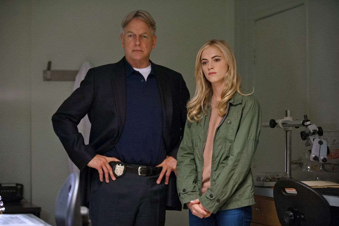 Gibbs (Mark Harmon, l.) und Bishop (Emily Wickersham, r.) setzen die Jagd auf den Privileged Killer fort ... - Bildquelle: CBS Television