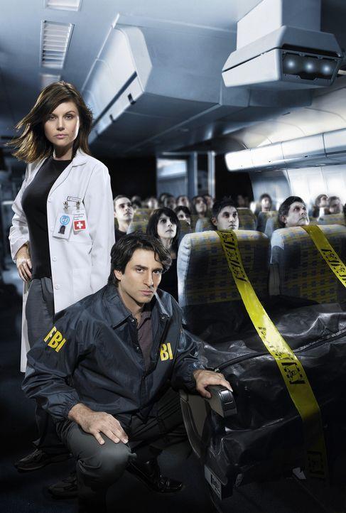 Epidemiologin Kayla Martin (Tiffani Thiessen, hinten) und FBI-Agent Troy Whitlock (Vincent Spano, vorne) geraten in einen gnadenlosen Wettlauf mit d... - Bildquelle: 2006 RHI Entertainment Distribution, LLC