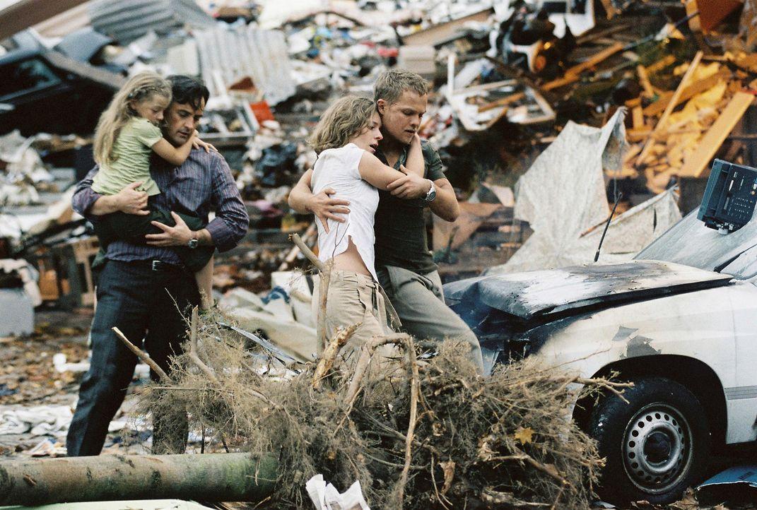Der Tornado hinterlässt eine Schneise der Verwüstung, aber Jan (Matthias Koeberlin, r.), Sophie (Lisa Martinek, 2.v.r.), Karl (Harald Schrott, 2.v... - Bildquelle: Conny Klein ProSieben