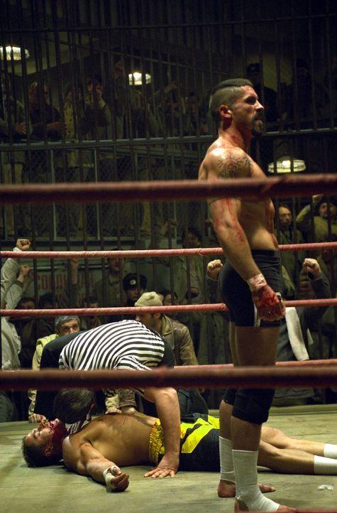 Zunächst wehrt sich George Chambers (Michael Jai White, l.), gegen den Knast-Champion Yuri Boyka (Scott Adkins, r.) zu kämpfen. Aber nicht lange ... - Bildquelle: Nu Image Films