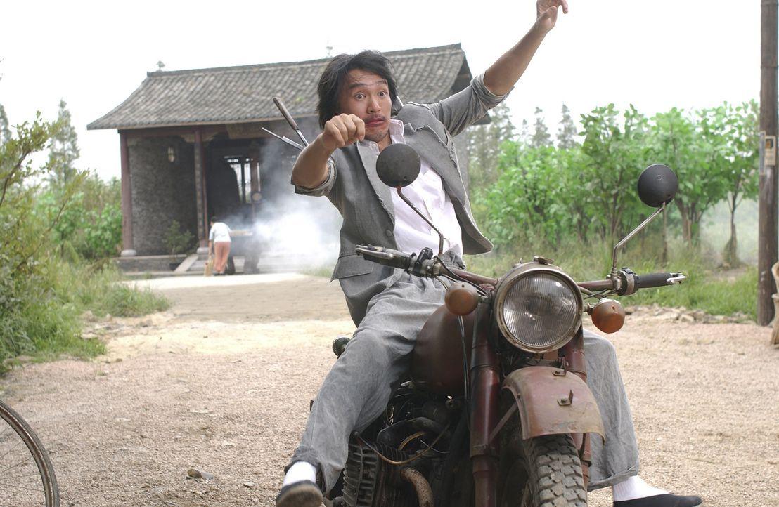 """Durch eigene Provokationen gerät der junge Aufschneider Sing (Stephen Chow) in der Wohnsiedlung """"Residenz Schweinstall"""" in eine Prügelei und entko... - Bildquelle: 2004 Columbia Pictures Film Production Asia Limited. All Rights Reserved."""
