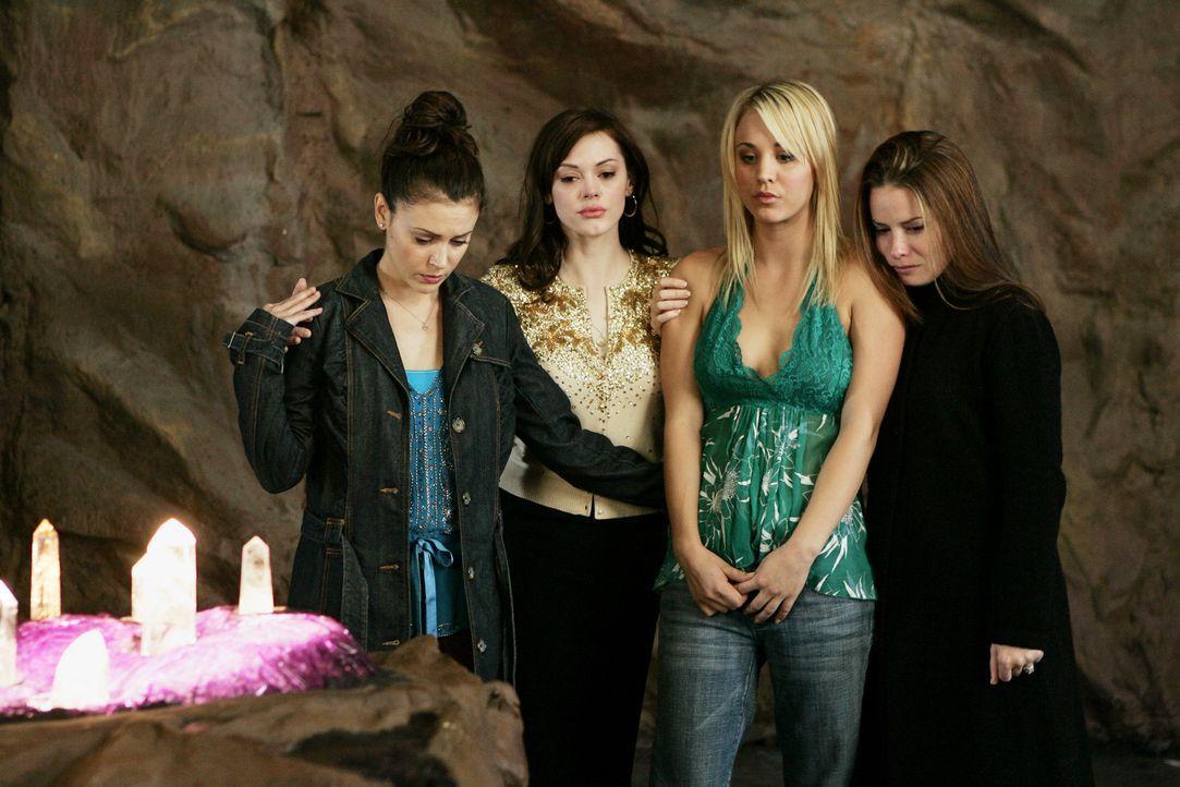 Gemeinsam versuchen Phoebe (Ayssa Milano, l.), Piper (Holly Marie Combs, r.), Paige (Rose McGowan, 2.v.l.) und Billie (Kaley Cuoco, 2.v.r.) den Enge... - Bildquelle: Paramount Pictures