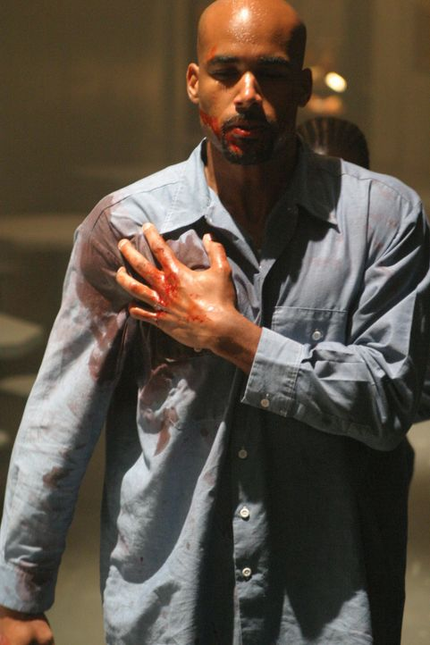Von einem Mithäftling wird Michael (Boris Kodjoe) schwer verletzt - doch so leicht lässt er sich nicht unterkriegen ... - Bildquelle: 2004 Sony Pictures Home Entertainment Inc. All Rights Reserved.