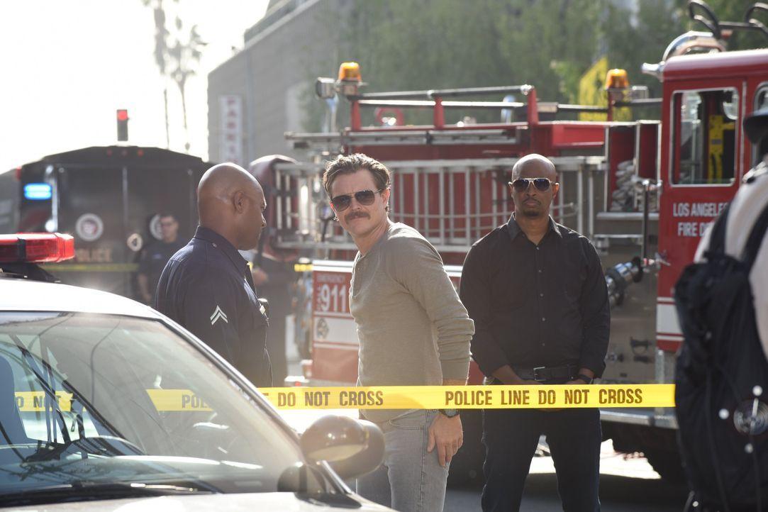 Als der Anwärter auf den Bürgermeisterposten, Anwalt Gene Nakahara, durch eine Autobombe ums Leben kommt, vermuten Riggs (Clayne Crawford, M.) und M... - Bildquelle: Warner Brothers