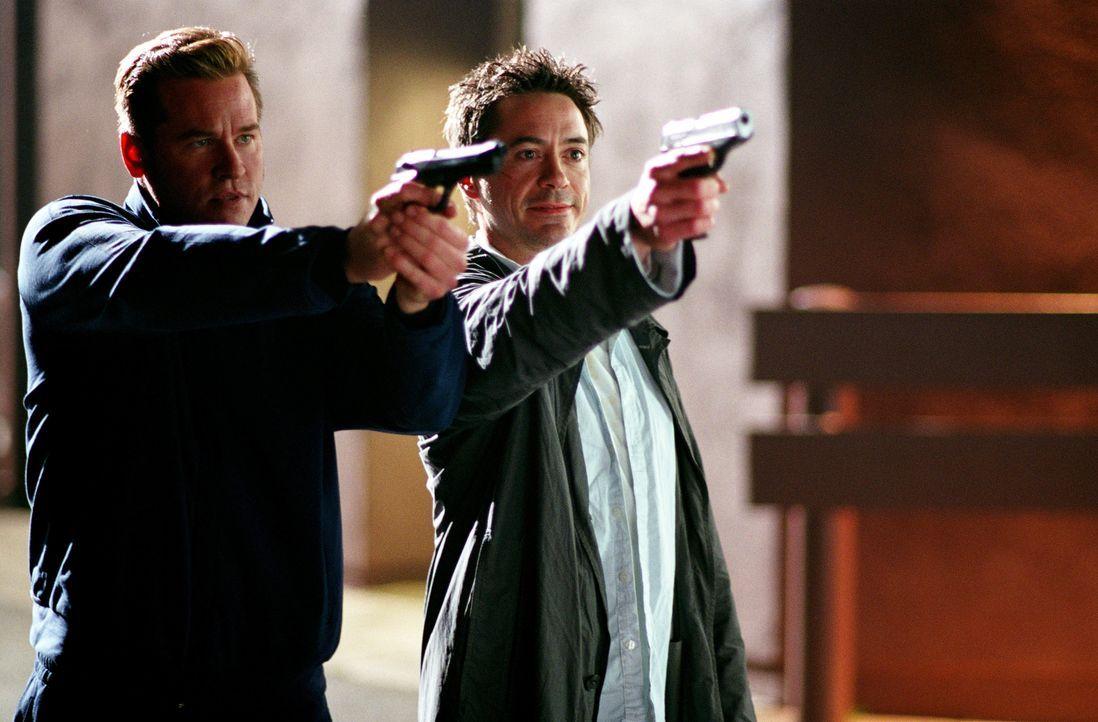Nehmen ihre Gegner ins Visier: Dumm nur für Harry (Robert Downey Jr., r.) und Perry (Val Kilmer, l.), dass diese keinen Spaß verstehen ... - Bildquelle: 2015 © Warner Brothers