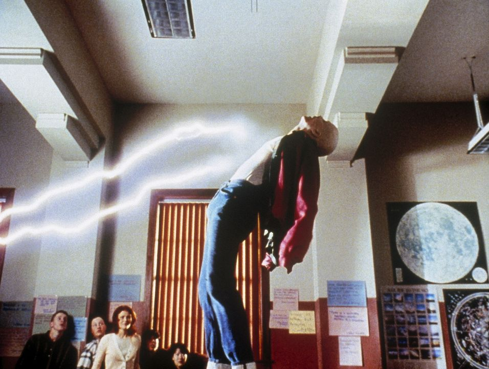 Der Albino Powder (Sean Patrick Flanery, r.) besitzt die ungewöhnliche Fähigkeit, elektromagnetische Kräfte in sich aufzunehmen ... - Bildquelle: Buena Vista Pictures