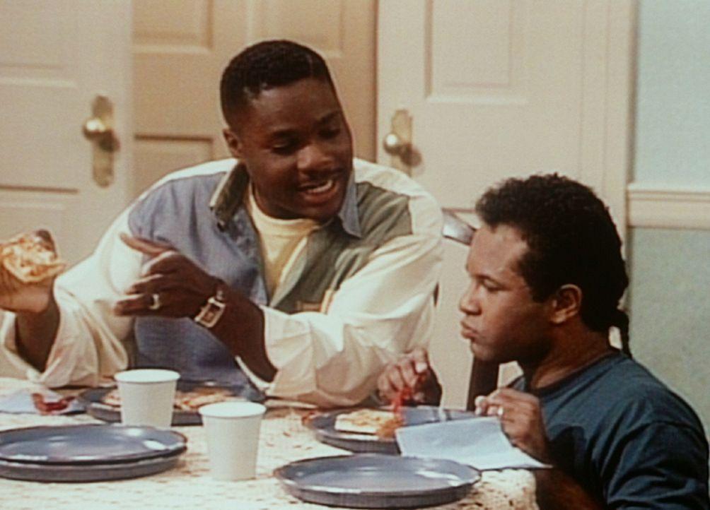 Theo (Malcolm-Jamal Warner, l.) macht sich über Elvin (Geoffrey Owens, r.) lustig, der bem Essen auf einem Klavierhocker Platz nehmen muss. - Bildquelle: Viacom