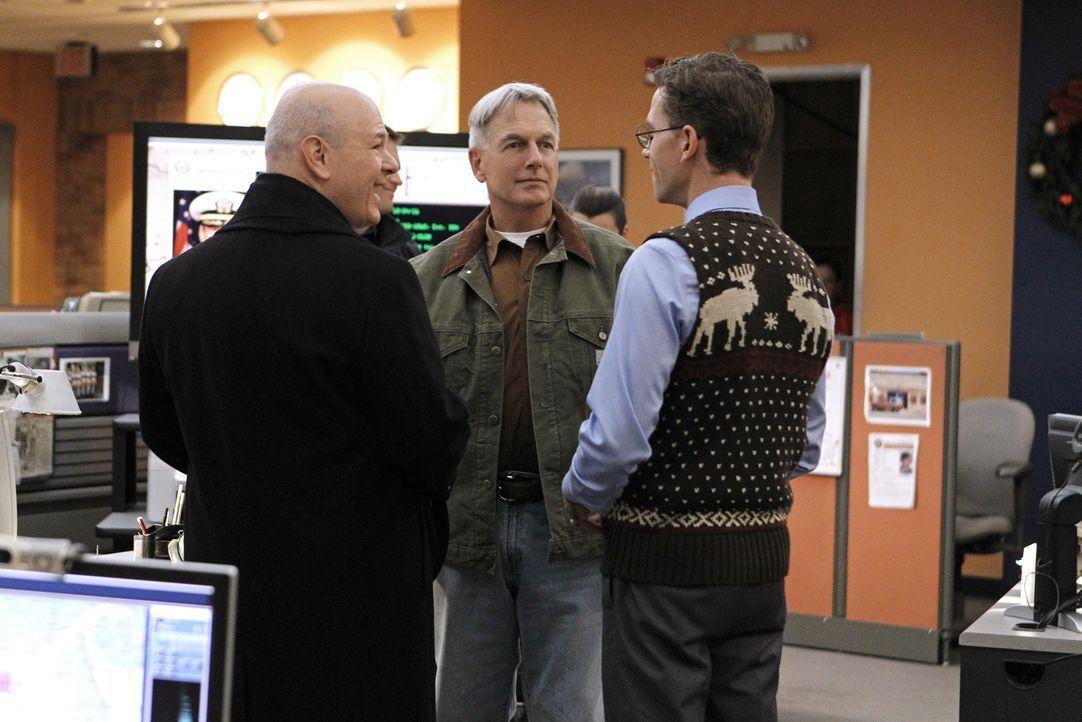 Gibbs (Mark Harmon, M.) und sein Team scheinen einer Verschwörung auf die Spur gekommen zu sein, während Palmer (Brian Dietzen, r.) nähere Bekanntsc... - Bildquelle: CBS Television