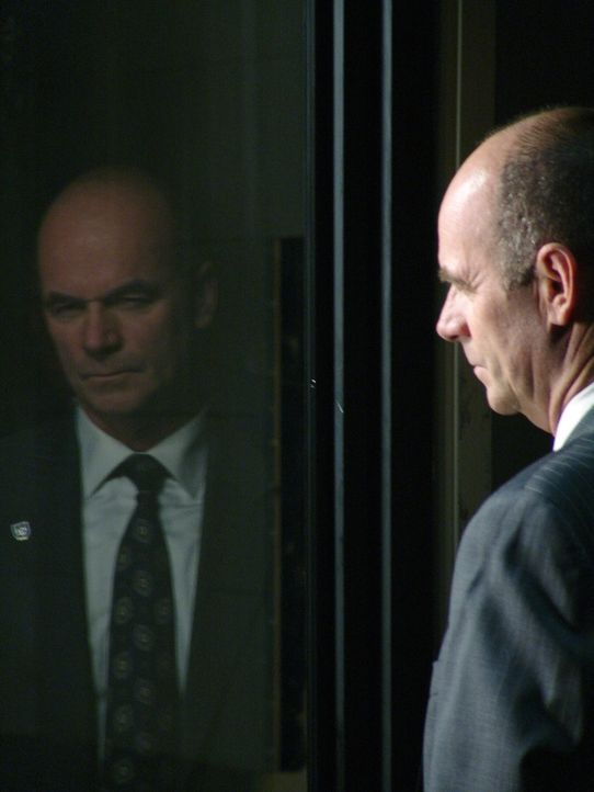 Lt. John Stillman (John Finn) ahnt, dass es fast unmöglich sein wird, den Fall vollständig aufzuklären ... - Bildquelle: Warner Bros. Television