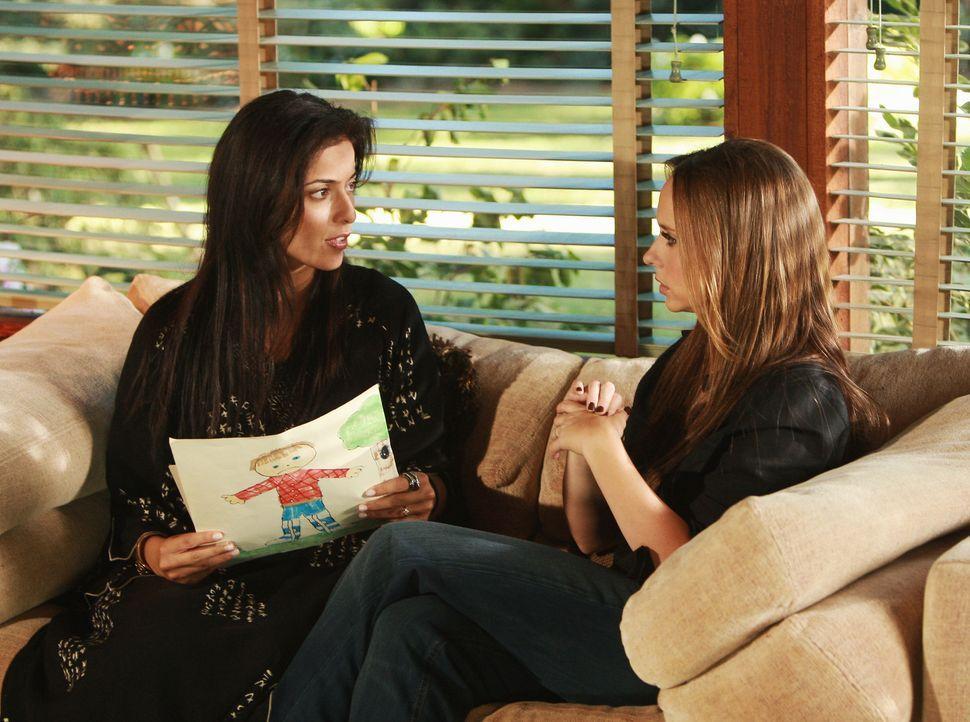 Tricia (Bahar Soomekh, l.) erzählt Melinda (Jennifer Love Hewitt, r.), dass sich ihre Tochter äußerst seltsam verhält, seitdem sie in dem neuen Haus... - Bildquelle: ABC Studios