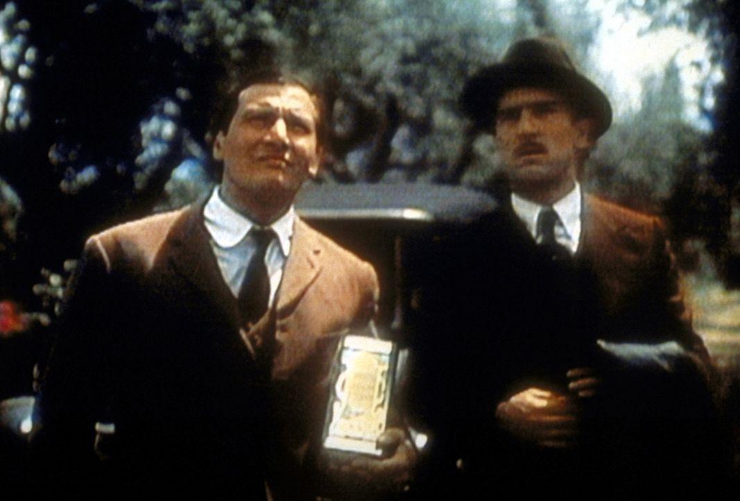 Als Tourist getarnt gelingt es dem jungen Vito (Robert De Niro, r.) auf Sizilien das Anwesen des Mörders seines Vaters zu finden ... - Bildquelle: Paramount Pictures