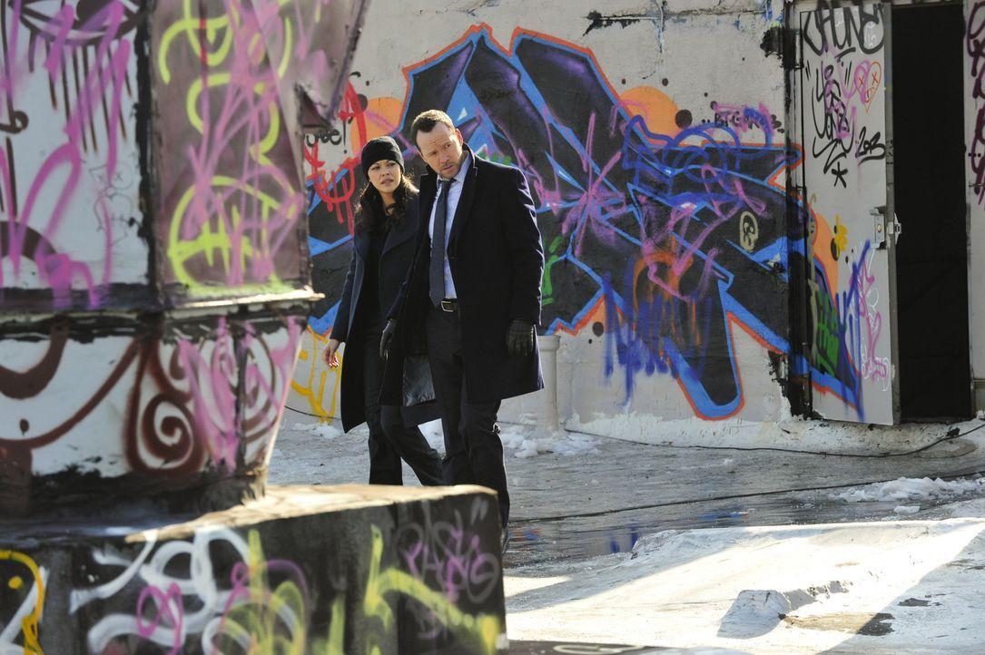 Danny (Donnie Wahlberg, r.) und Baez (Marisa Ramirez, l.) suchen einen Marine-Veteranen, der seinen Sohn entführt hat. Können sie den psychisch labi... - Bildquelle: 2013 CBS Broadcasting Inc. All Rights Reserved.