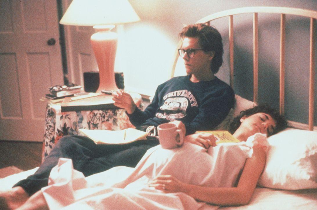 Jake (Kevin Bacon, l.) träumt immer noch von einer Karriere als Schriftsteller, obwohl Kristy (Elizabeth McGovern, r.) endlich ein Kind erwartet ... - Bildquelle: Paramount Pictures