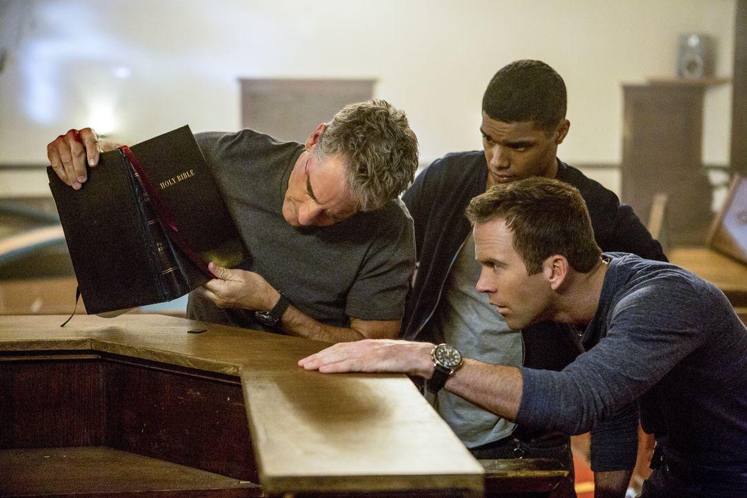 Agent Pride (Scott Bakula, l.), Agent LaSalle (Lucas Black, r.) und Petty Officer Johnny Rudd (Rome Flynn, M.) machen eine interessante Entdeckung.... - Bildquelle: 2017 CBS Broadcasting, Inc. All Rights Reserved
