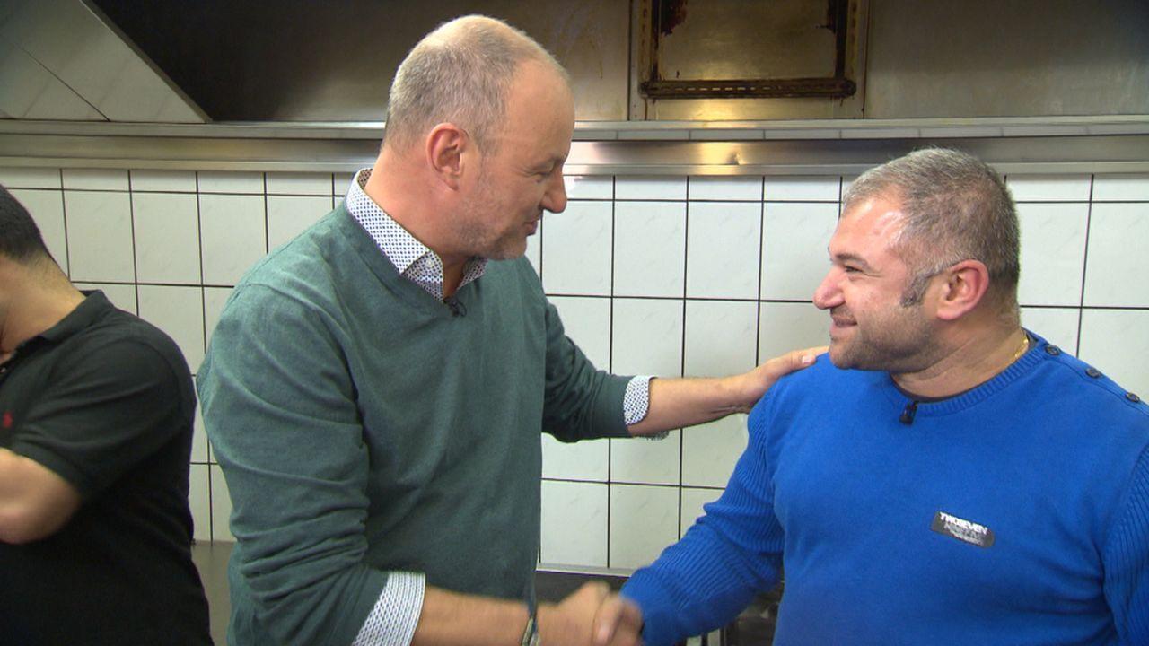 Den Traum vom XXL-Restaurant finanziert die Familie des ungelernten Gastronomen: Wie Frank Rosin (l.) von Besims Bruder Aydin (r.) erfährt, war das... - Bildquelle: kabel eins