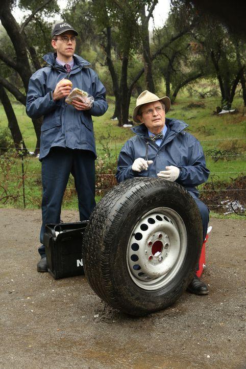 Beim Abtransport einer Leiche vom Tatort werden Ducky (David McCallum, r.) und Jimmy (Brian Dietzen, l.) von Fremden gezwungen, mit ihnen zu kommen.... - Bildquelle: CBS Television