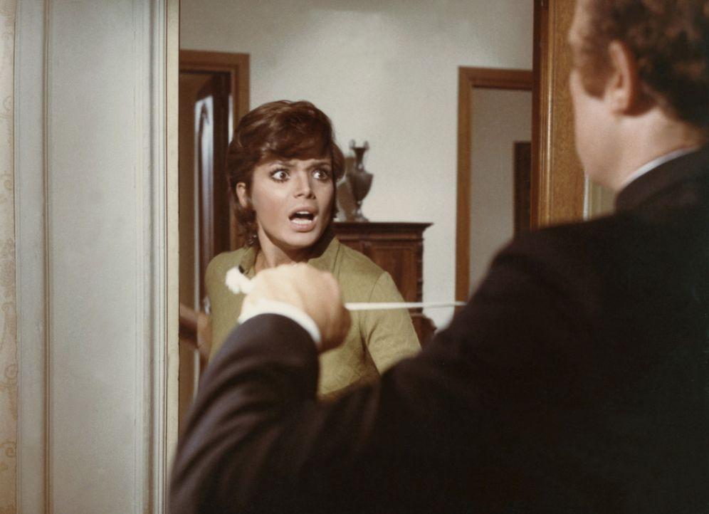 Auf ihrer Hochzeitsreise wird Giulia (Uschi Glas, l.) von einem Unbekannten überfallen ... - Bildquelle: Constantin Film