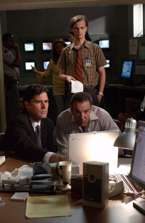 Gemeinsam suchen Dr. Spencer Reid (Matthew Gray Gubler, hinten), Agent Aaron Hotchner (Thomas Gibson, l.) und Special Agent Jason Gideon (Mandy Pati... - Bildquelle: Touchstone Television