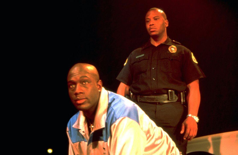 Im Gefängnis muss Avery (Richard T. Jones, l.) schon bald erkennen, dass hier nur Gewalt und Gesetzlosigkeit herrscht. Ein täglicher Kampf ums Üb... - Bildquelle: Sony Pictures Television International. All Rights Reserved.