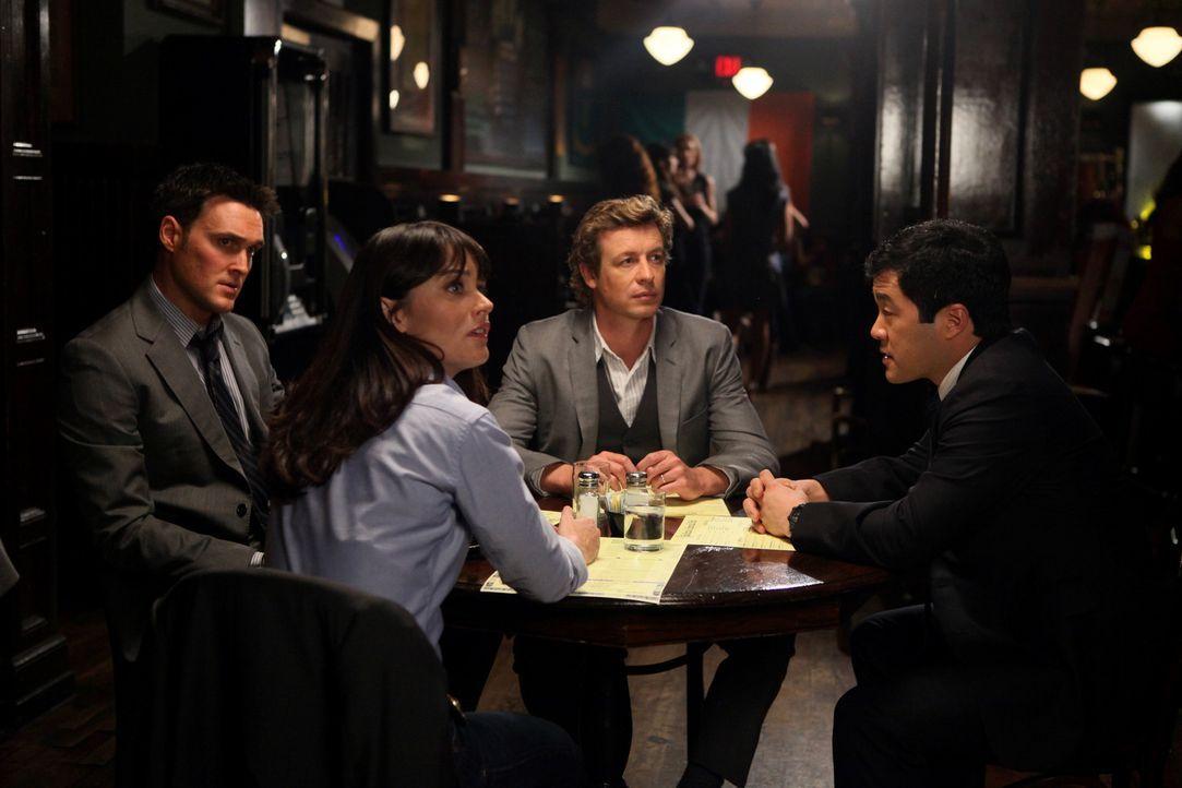 Ein neuer Fall wartet auf Wayne (Owain Yeoman, l.), Teresa (Robin Tunney, 2.v.l.), Patrick (Simon Baker, 2.v.r.) und Kimball (Tim Kang, r.) ... - Bildquelle: Warner Brothers
