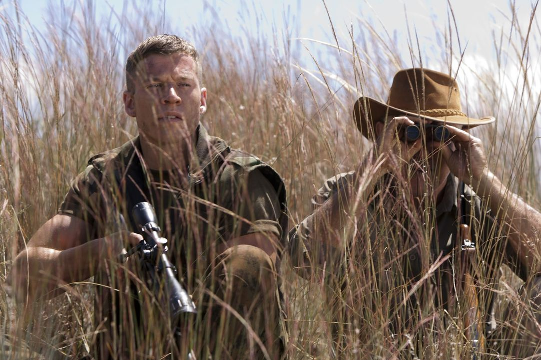 Während eines UN-Streitkräfte-Einsatzes in der Demokratischen Republik Kongo erhält Marine-Sergeant Brandon Beckett (Chad Michael Collins, l.) den B... - Bildquelle: 2011 Sony Pictures Television Inc. All Rights Reserved.