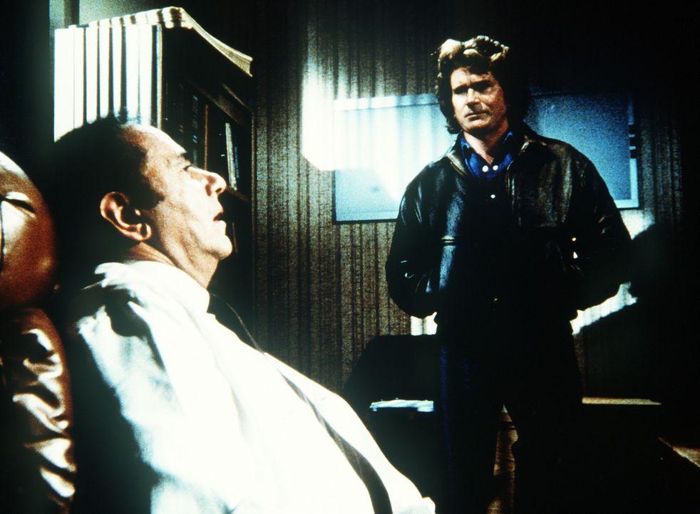 """Jonathan (Michael Landon, r.) stellt den """"Doc"""" (Michael Constantine, l.) wegen der verbotenen Aufputschmittel zur Rede. - Bildquelle: 20th Century Fox Television"""