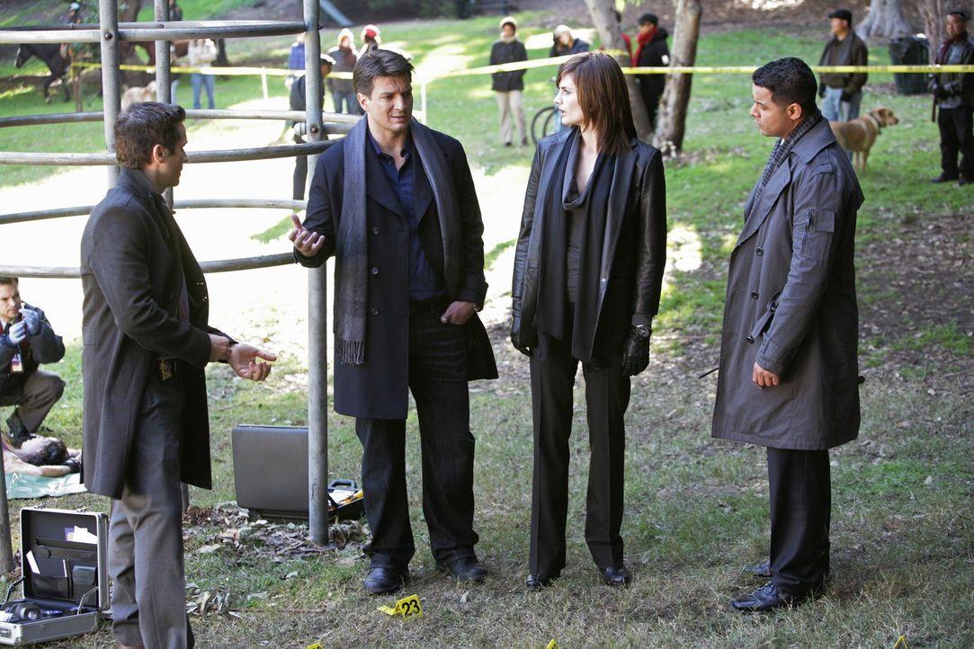 Auf einem Spielplatz wird die Leiche einer jungen Frau gefunden. Kevin Ryan (Seamus Dever, l.), Richard Castle (Nathan Fillion, 2.v.l.), Kate Becket... - Bildquelle: ABC Studios
