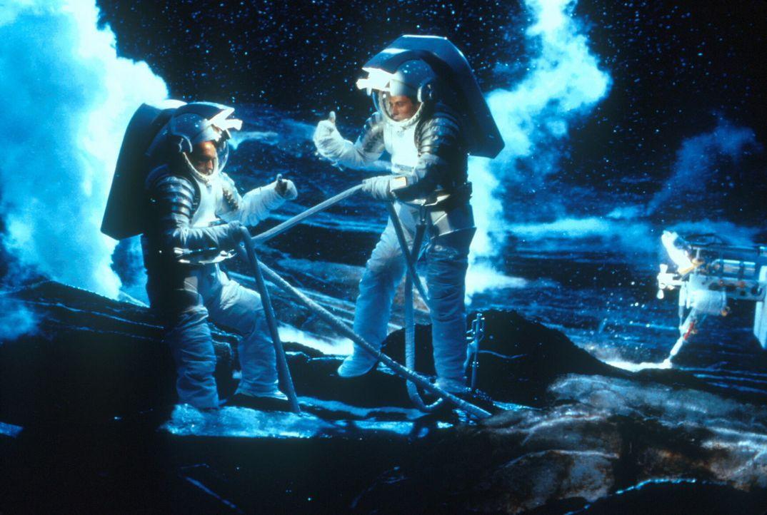 Mit dem neuentwickelten Raumschiff können die Astronauten auf dem Kometen landen. Doch die von ihnen verursachten Atomexplosionen zeigen nicht die e... - Bildquelle: TM+  1998 DreamWorks L.L.C. and Paramount Pictures All Rights Reserved
