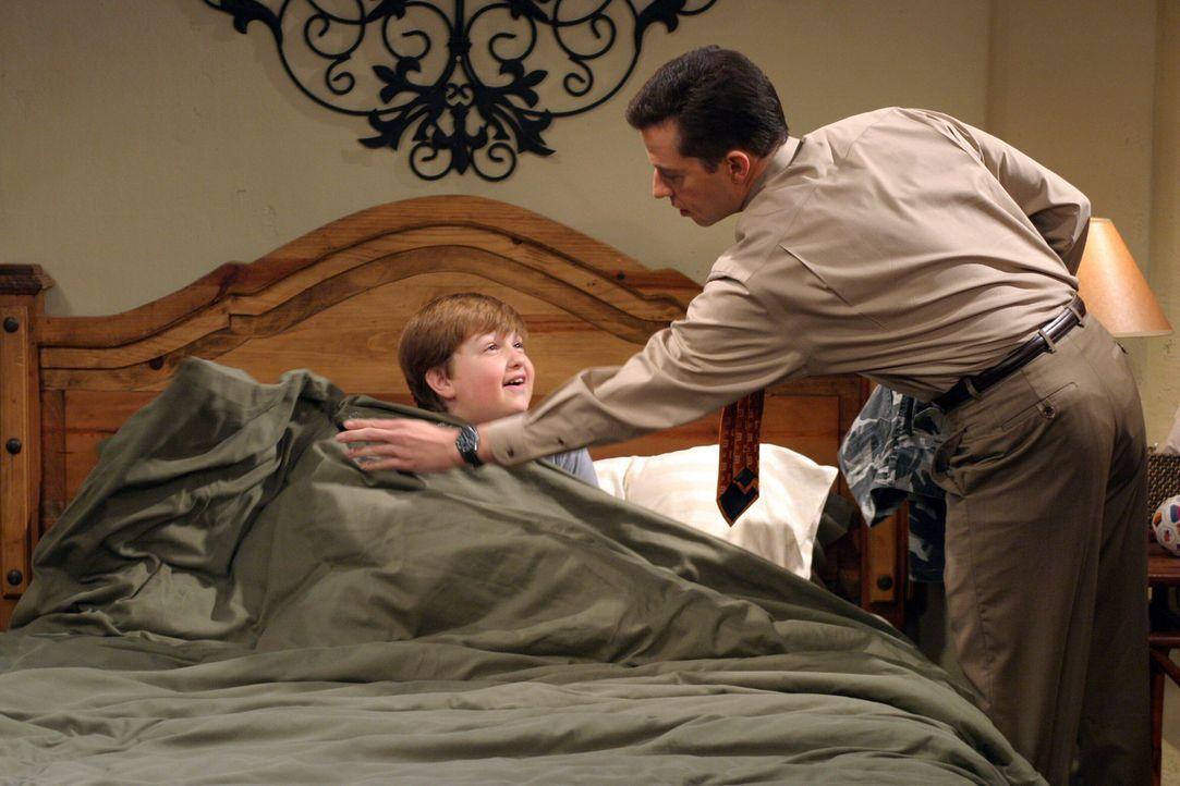Alan (Jon Cryer, r.) erklärt seinem Sohn Jake (Angus T. Jones, l.), dass Charlie ihm in seiner Kindheit einen üblen Streich gespielt hat ... - Bildquelle: Warner Brothers Entertainment Inc.