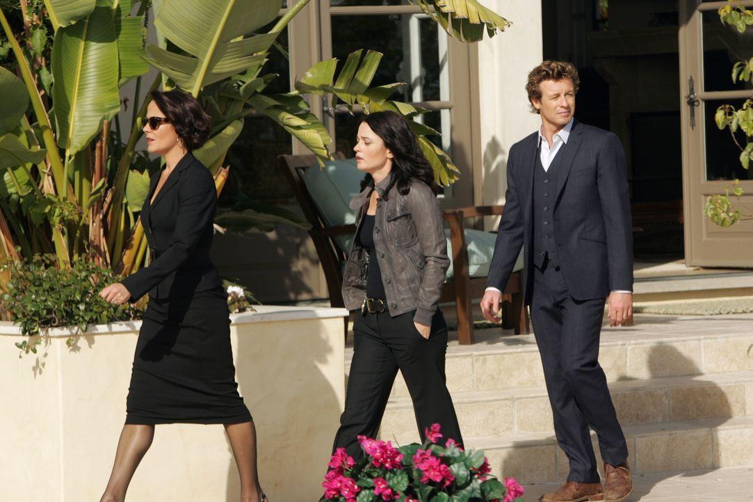 Um den Mörder von Hollywood-Produzenten Felix Hanson zu finden, wird der Mentalist Patrick Jane (Simon Baker, r.) und seine Kollegin Teresa (Robin T... - Bildquelle: Warner Bros. Television