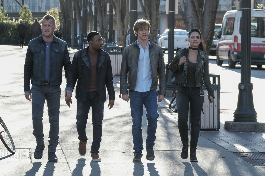 Als Jack (George Eads), Bozer (Justin Hires), MacGyver (Lucas Till) und  Riley (Tristin Mays, v.l.n.r.) bei einer Mission in Amsterdam für einen Ter... - Bildquelle: Guy D'Alema 2017 CBS Broadcasting, Inc. All Rights Reserved / Guy D'Alema