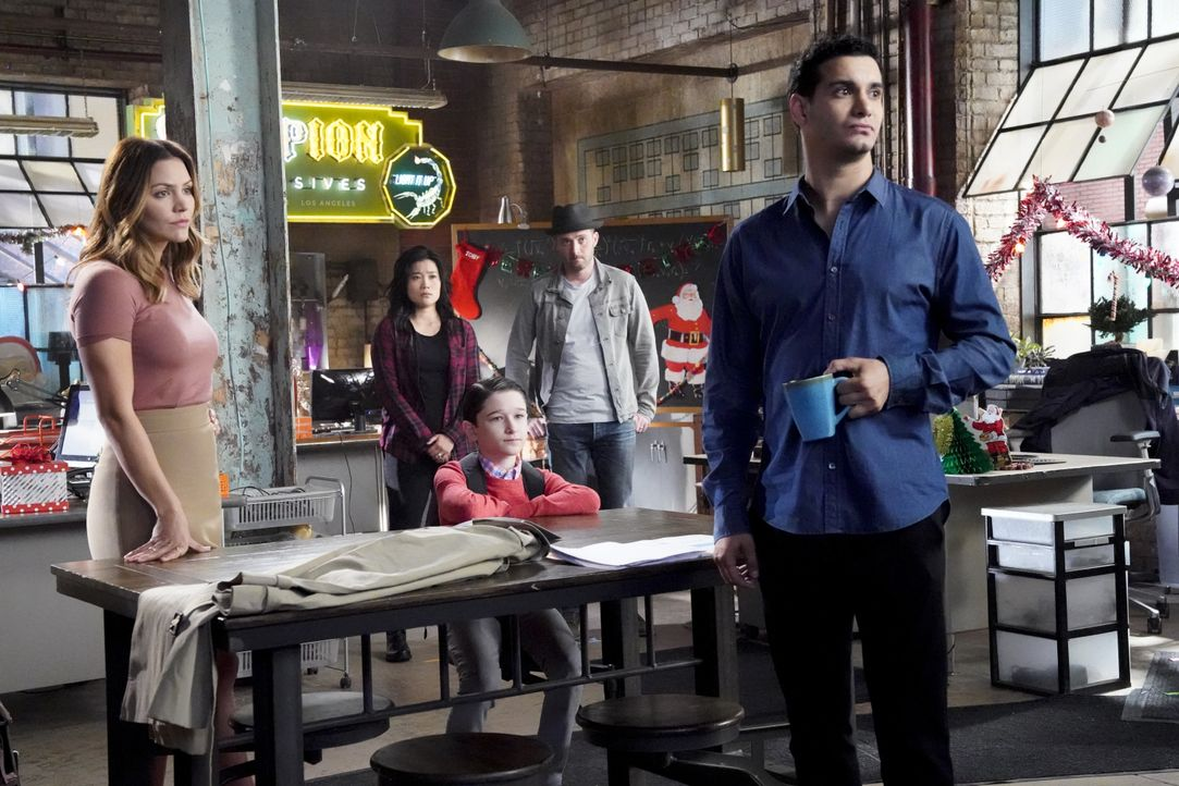 Ein Unfall sorgt dafür, dass Walter (Elyes Gabel, r.) in einer Traumwelt aufwacht, in der er (v.l.n.r.) Paige (Katharine McPhee), Happy (Jadyn Wong)... - Bildquelle: Bill Inoshita 2017 CBS Broadcasting, Inc. All Rights Reserved. / Bill Inoshita