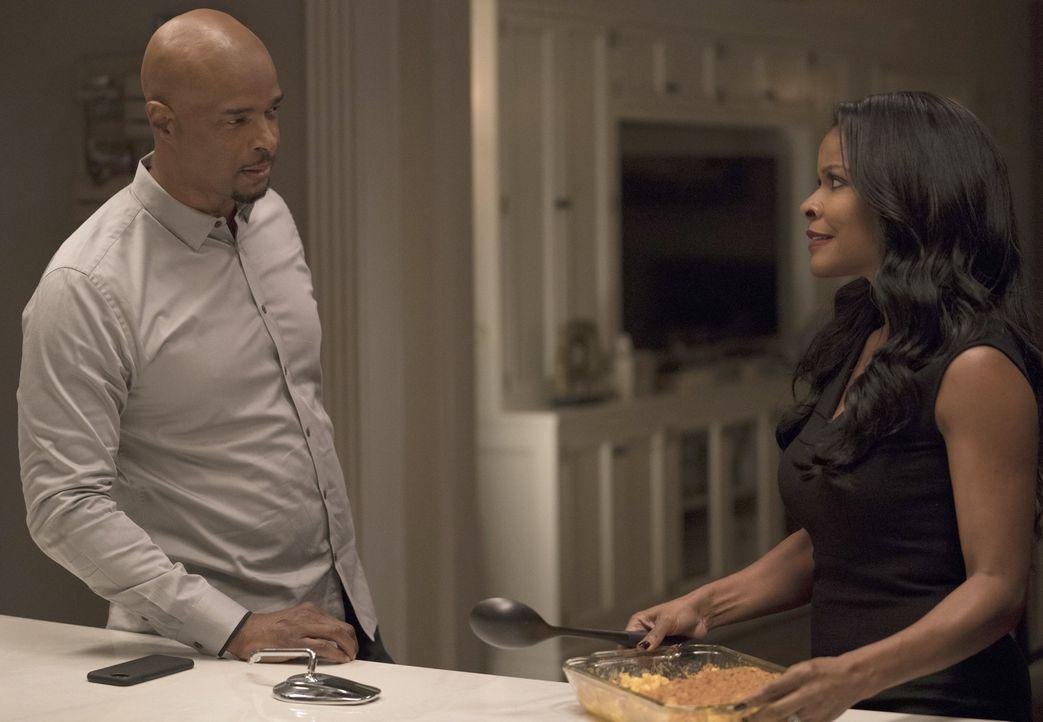 Nach Riggs (Clayne Crawford, l.) gefährlichem Einsatz ist seine Frau Trish (Keesha Sharp, r.) alles andere als begeistert von seiner rücksichtslosen... - Bildquelle: Warner Brothers