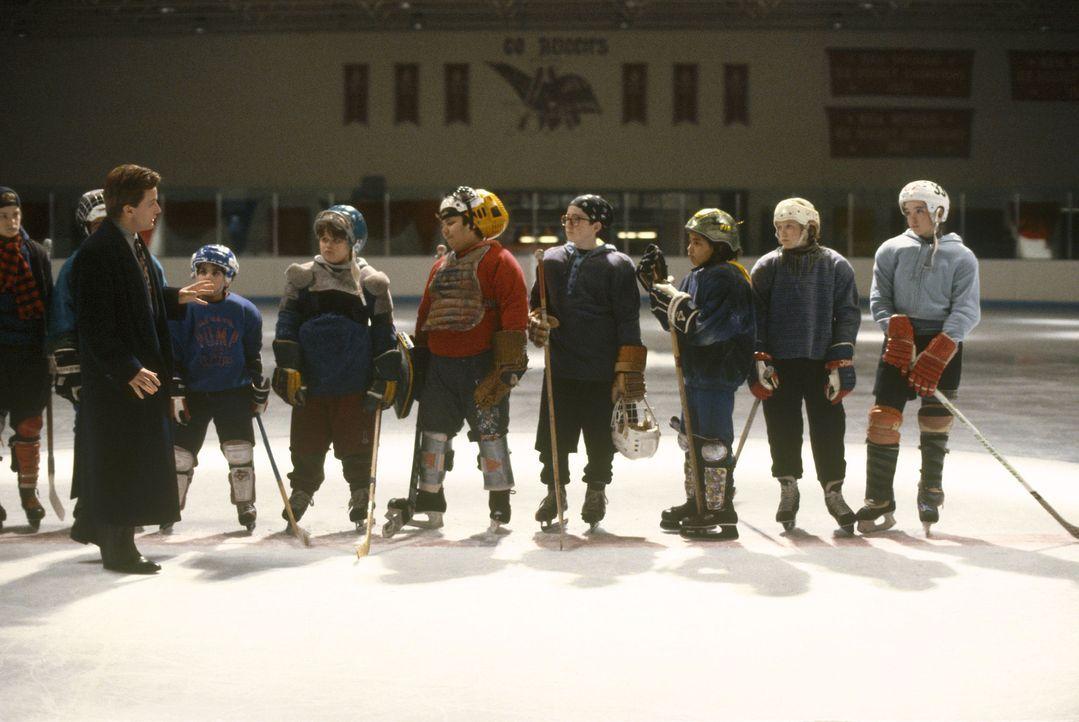 Aus einem Haufen rotzfrecher Jungen soll Gordon Bombay (Emilio Estevez, vorne 2.v.l.) eine brauchbare Eishockeymannschaft formen ...