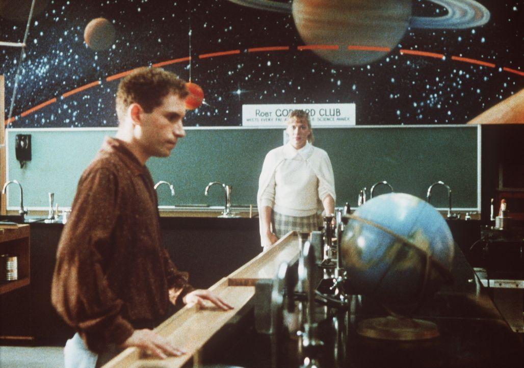 In der Vergangenheit trifft Peggy Sue (Kathleen Turner, r.) auf Richard (Barney Miller, l.) und überlegt sich, ob er der Richtige für die Zukunft... - Bildquelle: TriStar Pictures