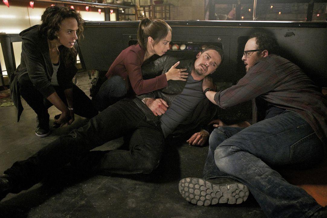 Nachdem ein Jäger versucht hat, Vincent (Jay Ryan) zu töten, geraten er, Tess (Nina Lisandrello, l.), Cat (Kristin Kreuk, 2.v.l.) und J.T. (Austin B... - Bildquelle: Sven Frenzel 2016 The CW Network. All Rights Reserved.
