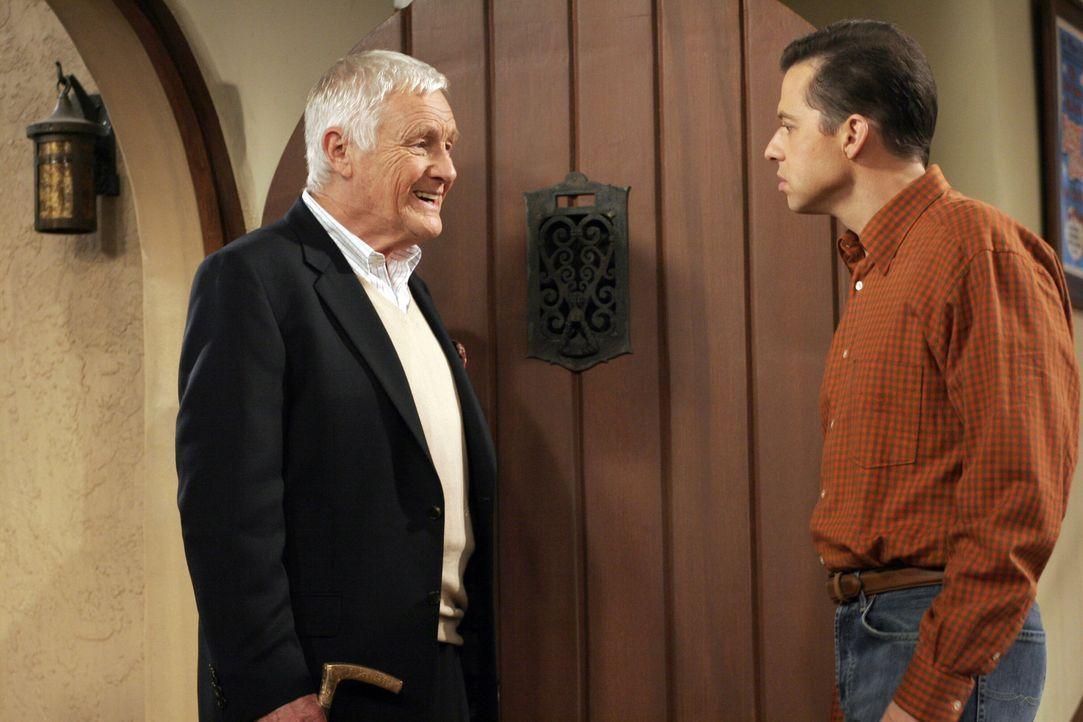 Durch Jakes Offenheit geraten Norman (Orson Bean, l.) und Alan (Jon Cryer, r.) aufeinander ... - Bildquelle: Warner Bros. Television
