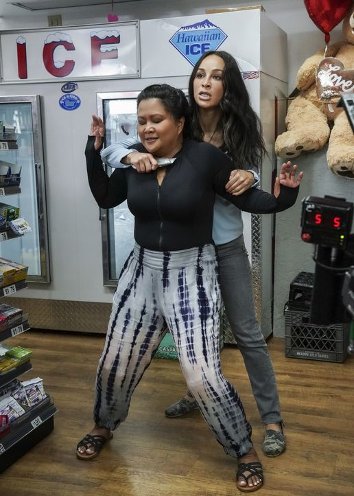 Dr. Noelani Cunha (Kimee Balmilero, l.); Bonnie (Cara Santana, r.) - Bildquelle: Karen Neal 2019 CBS Broadcasting, Inc. All Rights Reserved. / Karen Neal