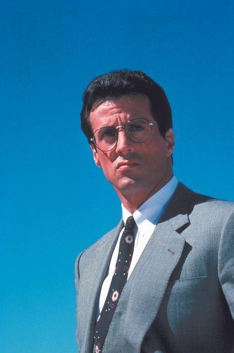 Geht im Anzug und Krawatte, das Wall Street Journal in der Tasche auf Verbrecherjagd: Cop Tango (Sylvester Stallone) ... - Bildquelle: Warner Brothers