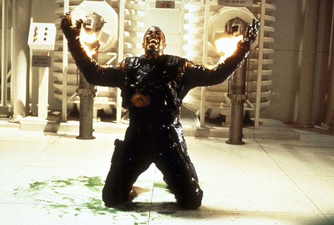 Von seinem eigenen Chef in einen Hinterhalt gelockt: Geheimagent Al Simmons (Michael Jai White) stirbt einen qualvollen Tod in den Flammen ... - Bildquelle: New Line Cinema