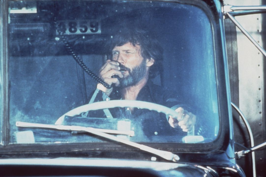 Der Truckerfahrer Martin Penwald (Kris Kristofferson), genannt 'Rubber Duck', schließt sich im Kampf gegen Sheriff 'Dirty' Lyle Wallace über Sprec... - Bildquelle: Neue Constantin Film