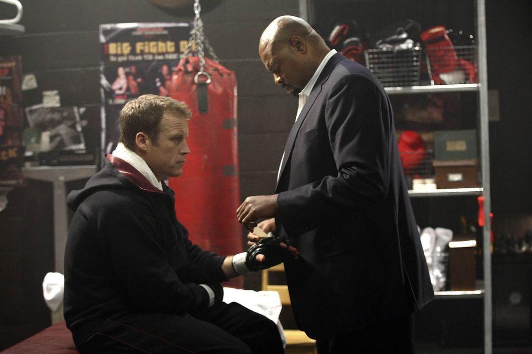 Nehmen gemeinsam einen neuen Auftrag an: Christopher Chance (Mark Valley, l.) und Winston (Chi McBride, r.) ... - Bildquelle: Warner Brothers