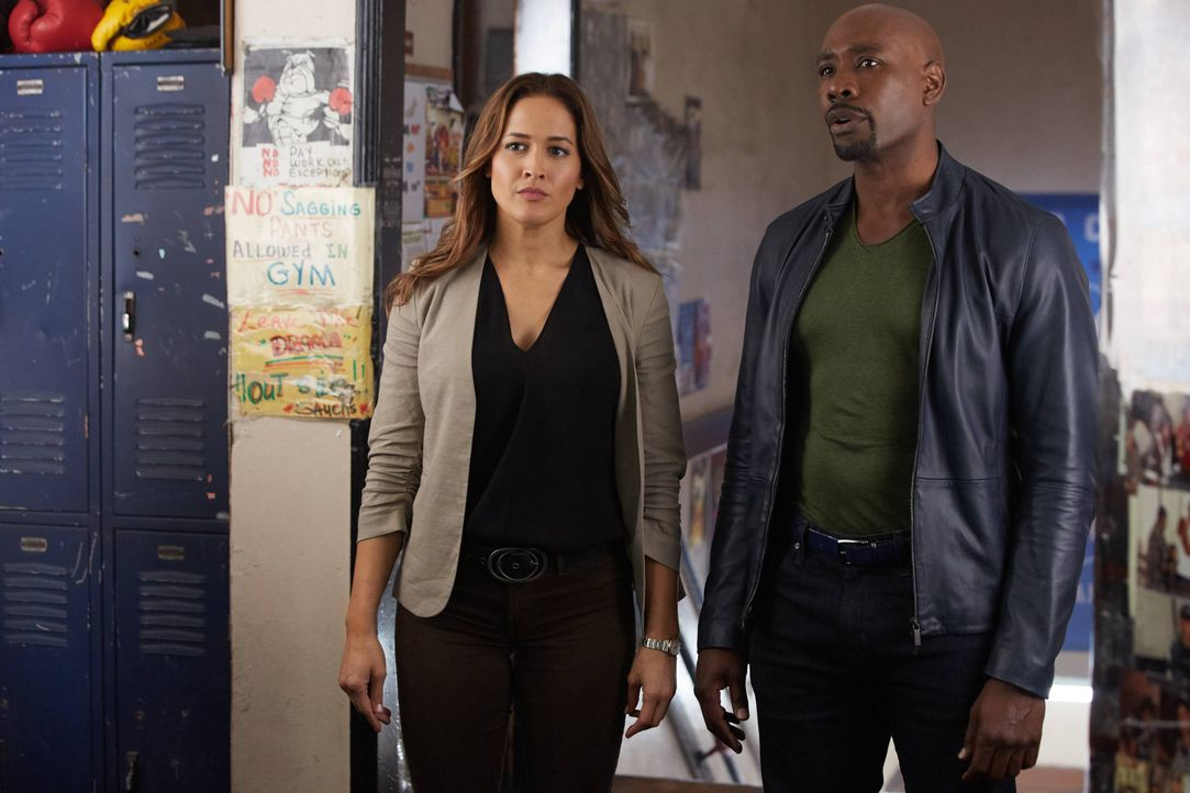 Rosewood (Morris Chestnut, r.) und Villa (Jaina Lee Ortiz, l.) reisen nach New York, um Eddies Todesfall zu ermitteln. Schon bald geraten sie mitten... - Bildquelle: 2016-2017 Fox and its related entities. All rights reserved.